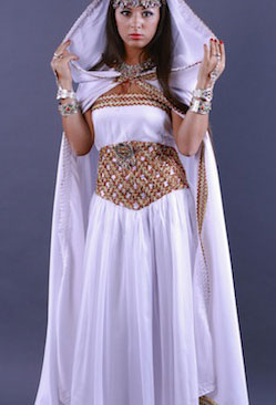 Robe kabyle blanche satin de soie pas cher for Robes blanches pour les mariages