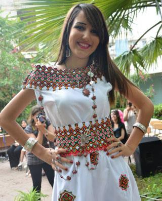 Des motifs sont principalement brodés en zig zag sur la tenue kabyle. La robe prévoit une ceinture quon appelle hzam qui sattache au niveau de la taille.