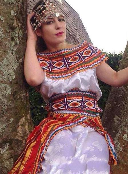 Une tenue simple mais redoutablement efficace pour un mariage oriental. robe,kabyle,moderne